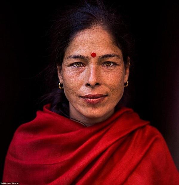 """Một phụ nữ sống tại Kathmandu, Nepal. Noroc cho biết khi gặp người phụ nữ này, bà không biết nói tiếng Anh, nhưng con trai bà thì biết. Noroc đã xin cậu con trai được chụp ảnh chân dung bà, và người con trai hỏi: """"Vì sao?"""", Noroc trả lời rằng: """"Vì bà ấy xin đẹp"""". Cậu con trai đã mỉm cười đầy tự hào, nhìn về mẹ mình và nói: """"Đúng vậy!"""""""