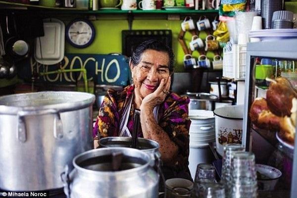 Một nụ cười thân thiện của người phụ nữ sống tại Ecuador
