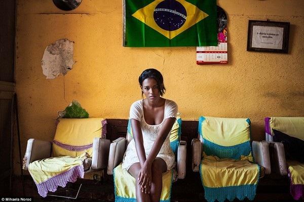 Cô gái bên trong căn hộ của mình ở Rio de Janeiro, Brazil
