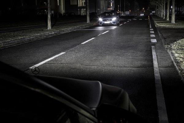 Đèn pha thông minh có khả năng tự điều chỉnh độ sáng để không làm chói mắt người đi đối diện