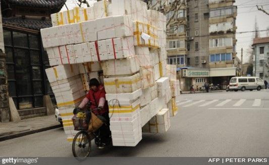 Lượng thùng xốp mà chiếc xe đạp này đang chở có thể chất đầy một thùng xe tải.