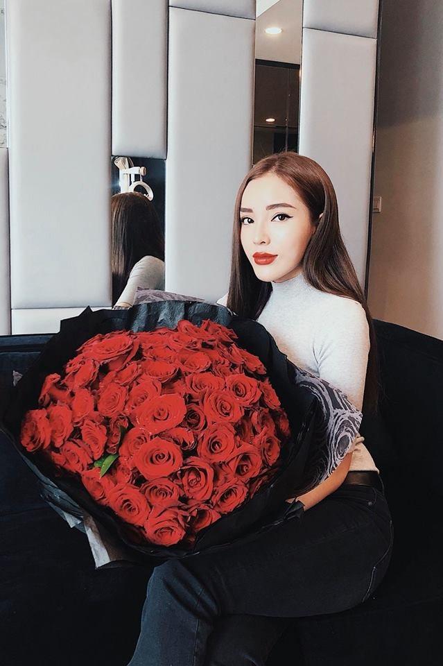 Hoa hậu Kỳ Duyên khoe món quà đặc biệt cô nhận được trong ngày 8/3 là 100 đóa hoa hồng đỏ tươi rực rỡ.