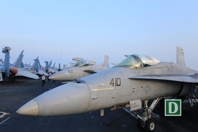 Khí tài hiện đại trên tàu sân bay USS Carl Vinson. Có khoảng 70 tiêm kích, trực thăng, máy bay các loại trên tàu.