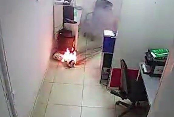 Ngọn lửa bùng lên dữ dội từ chiếc xe điện cân bằng sau khi sản phẩm tự phát nổ