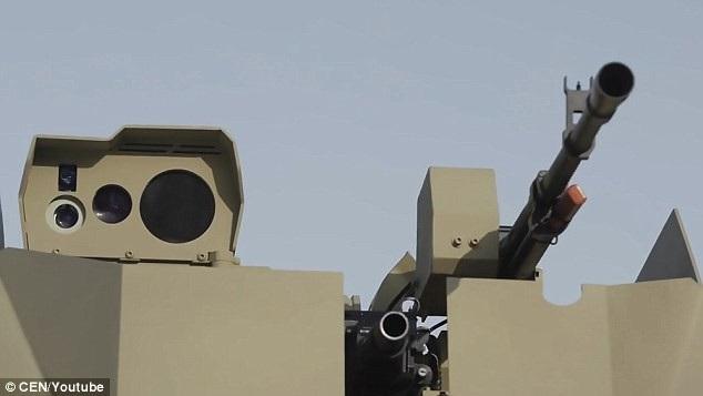 Với tốc độ di chuyển tối đa 40 km/h và phạm vi hoạt động khoảng 10 km, robot bọc thép Soratnik của Nga nặng khoảng 7 tấn và không được đánh giá quá cao về tốc độ di chuyển như mẫu xe tăng nổi tiếng M1 Abrams. Tuy nhiên, Soratnik có ưu thế về khả năng vận hành tự động, giúp bảo vệ sinh mạng của các binh sĩ trong tình huống tác chiến thực địa. (Ảnh: CEN)