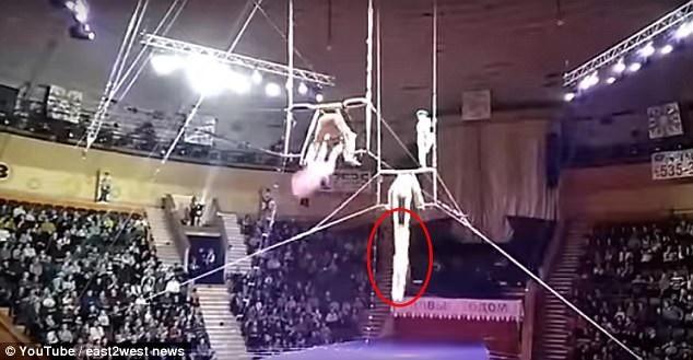 Yulia Tikaeva đang thực hiện các động tác nhào lộn trên không thì bất ngờ gặp phải sự cố nghiêm trọng.