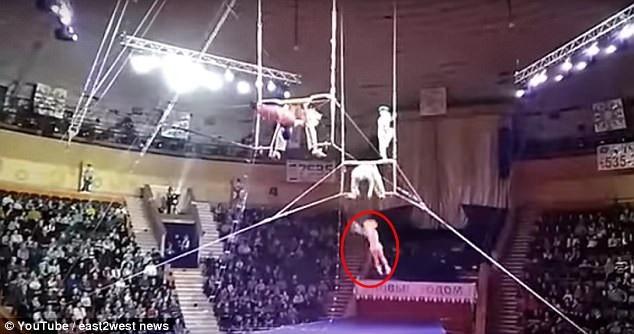 Nữ nghệ sĩ 20 tuổi đã tuột khỏi tay của người bạn đồng nghiệp và rơi xuống tấm lưới bảo vệ, dù vậy, không may, Gomel bị rơi vào mép lưới và bật ra ngoài.