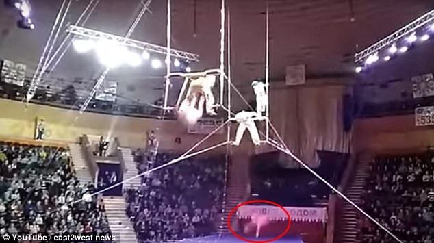 Yulia đã rơi trúng vào mép lưới bảo vệ và bật ra ngoài, rơi xuống sàn sân khấu. Khi người ta đưa cô đi cấp cứu, Yulia đã rơi vào tình trạng bất tỉnh.
