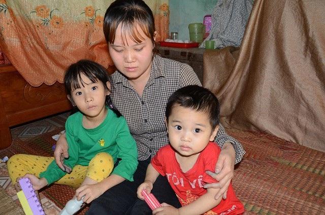 Nay lại một nách 2 con nhỏ, đứa lớn lại mang bệnh cần phải được chữa trị.