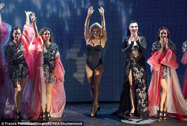 Ở tuổi 50, Pamela Anderson vẫn rất đắt show sự kiện trên khắp thế giới