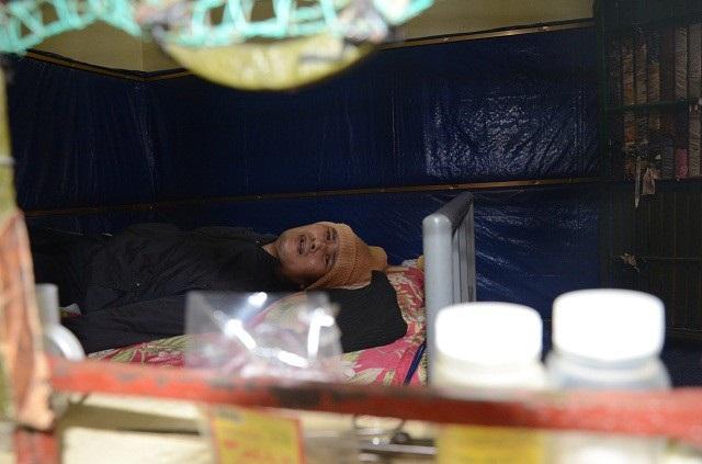 Bị chấn thương sọ não, đã trải qua nhiều lần phẫu thuật. Nhưng rốt cuộc phần đời còn lại của anh vẫn phải gắn chặt với chiếc giường này!