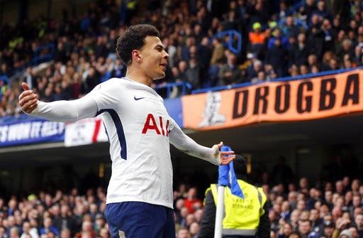 Alli ăn mừng sau khi ghi bàn thắng thứ hai vào lưới Chelsea