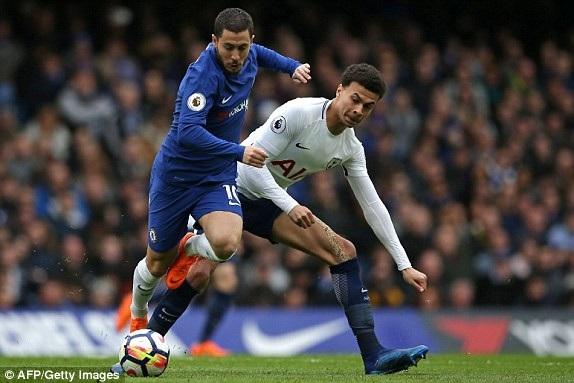 Hazard (trái) khá mờ nhạt trước hàng thủ của Tottenham