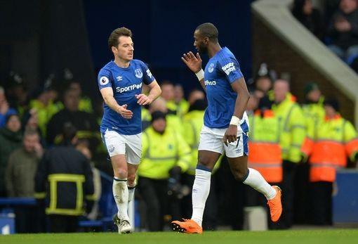 Trong hiệp hai, Bolasie (phải) ghi bàn thắng rút ngắn tỉ số xuống 1-3 cho Everton nhưng đội chủ nhà chỉ làm được có vậy