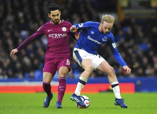 Những cầu thủ được đưa vào sân như Davies (phải) không giúp Everton chơi thanh thoát hơn