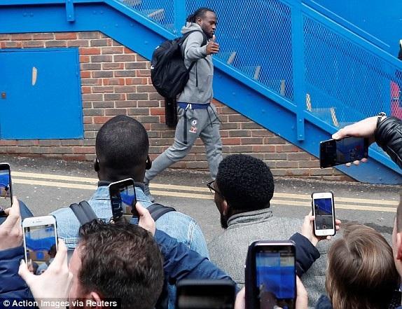 Moses và các đồng đội tiến tới Stamford Bridge