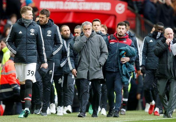 Mourinho và các học trò bước ra sân bắt đầu trận đấu ở vòng 32 Premier League