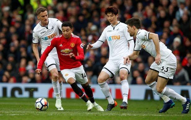 Lingard hoạt động năng nổ ở vị trí số 10 của Quỷ đỏ, tiền vệ người Anh tiếp đạn rất tốt cho cả Sanchez và Lukaku