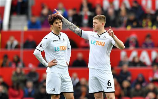 Sự thất vọng của Ki Sung Yong (trái) và Mawson khi đội bóng của họ thủng lưới tới hai bàn