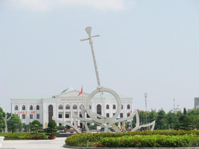 Quảng trường Hùng Vương, một trong những điểm du lịch tiêu biểu ĐBSCL tại Bạc Liêu. Nơi đây có công trình Cây đờn kìm được công nhận kỷ lục Việt Nam.