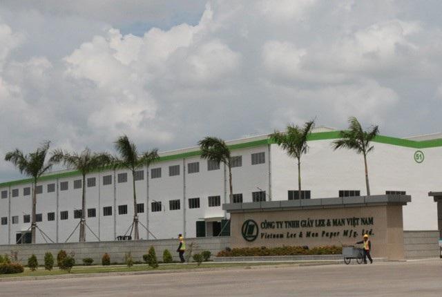 Nhà máy giấy Lee & Man Việt Nam (tại Hậu Giang) liên tục bị người dân sống xunh quanh tố gây ô nhiễm môi trường.