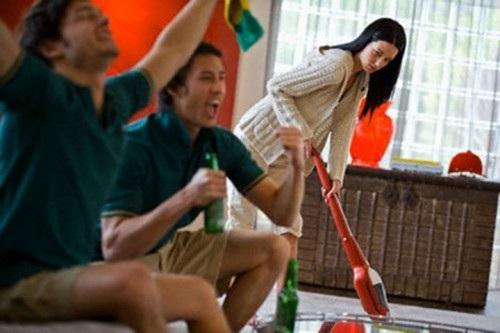 Nhiều lần bạn bè của chồng kéo về nhà nhậu nhẹt để tôi phải dọn dẹp khiến tôi phát điên. Ảnh minh họa I.T