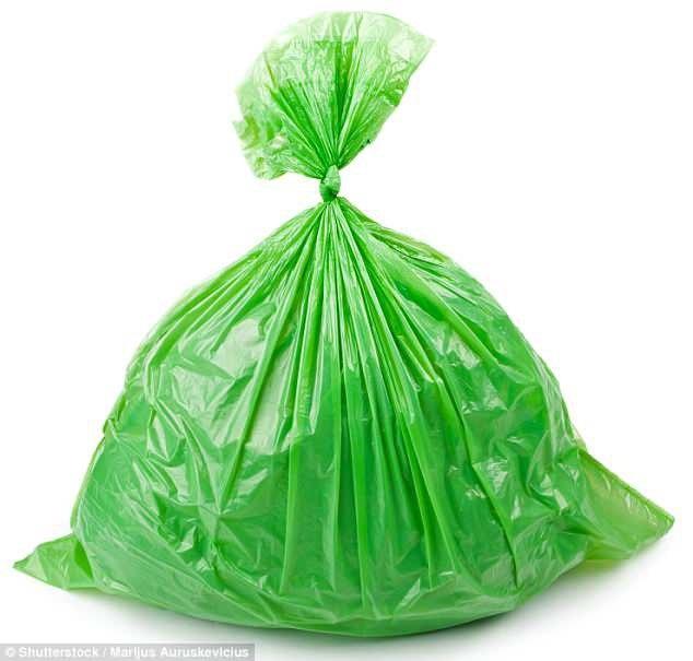 Chiếc áo sơ mi được làm từ chất liệu vải nhựa 100% polyethylene, điều này khiến công chúng có những liên tưởng hài hước.