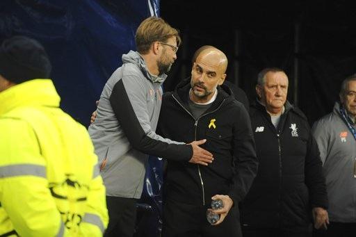 Guardiola (phải) chào Klopp (trái) bằng vẻ mặt buồn bã