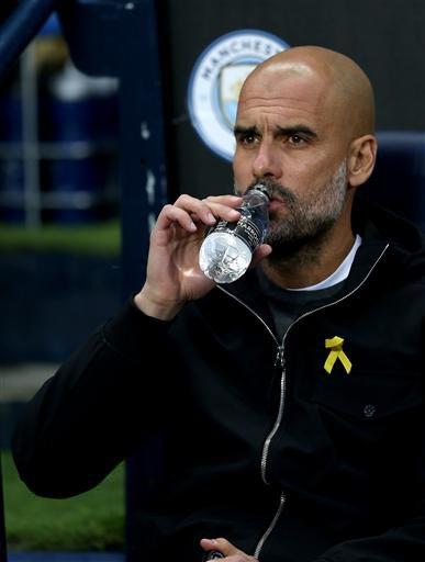 Guardiola khá trầm tĩnh trong hiệp 1