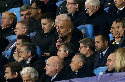 Guardiola ngồi lặng lẽ trên khán đài theo dõi Man City. Một phút nóng nảy khiến Guardiola phải trả giá