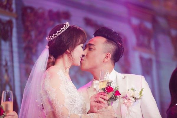Trấn Thành cầu hôn Hari vào ngày 12/7/2016. Đến 25/12/2016 cả hai đã có đám cưới vô cùng lãng mạn và hoành tráng. Thế nhưng đây là lần đầu tiên Hari chia sẻ lý do Trấn Thành cầu hôn mình.