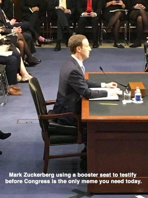 """""""Mánh khóe"""" để giúp tăng sự tự tin của Mark Zuckerberg đã bị dân mạng """"phát giác"""": vị CEO của Facebook đã sử dụng một đệm ngồi để nâng độ cao của ghế, từ đó giúp bản thân trở nên """"bề thế"""" hơn khi đối mặt với các thành viên của Quốc hội Mỹ."""