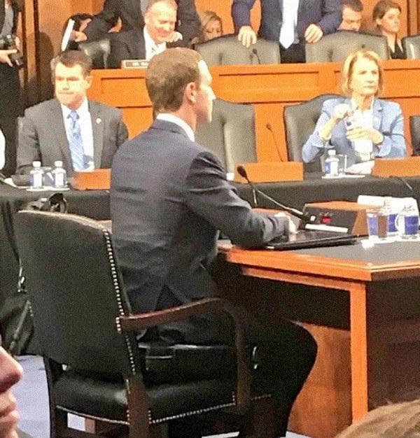 """Chiếc đệm ghế ngồi của Mark Zuckerberg có kiểu dáng khá giống với một chiếc vali. Một cư dân mạng đã hài hước châm biếm: """"Dữ liệu cá nhân của các bạn đã được bảo vệ trong chiếc vali bên dưới Mark Zuckerberg""""."""