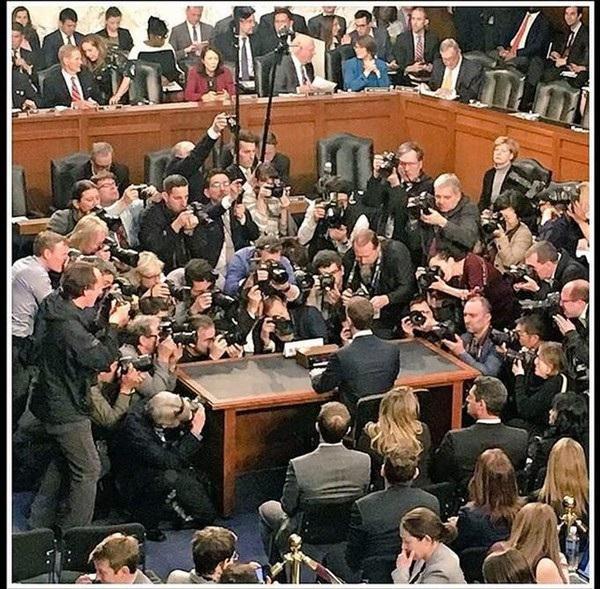 """Khoảnh khắc CEO Mark Zuckerberg bị vây quay bởi ống kính phóng viên. Một cư dân mạng đã hài hước bình luận rằng: """"Facebook đã quá quen với việc theo dõi người dùng, và đây là khoảnh khắc mà CEO Facebook phải trải nghiệm cảm giác đó: Bị mọi người theo dõi""""."""