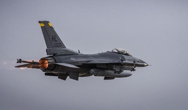 Hiện thời Syria đang được bảo vệ bởi các trận địa và tổ hợp phòng không hàng đầu thế giới do Nga sản xuất, các chuyên gia cho rằng hỏa lực tổng hợp từ Mỹ vẫn có thể có khả năng xuyên thủng lá chắn thép. Hiện Mỹ đang triển khai hàng loạt các máy bay chiến đấu như F-16, A-10 tại căn cứ quân sự Thổ Nhĩ Kỳ. F-16 có thiết kế khí động học tối ưu cho các nhiệm vụ tác chiến trên không. Từ một máy bay chiến đấu hạng nhẹ, F-16 được nâng cấp thành máy bay đa nhiệm, có khả năng triệt tiêu hệ thống phòng không cho tới thống lĩnh không phận của đối phương. Hiện Mỹ cũng đang sở hữu một phi đội F-16 ở căn cứ tại Jordan. (Ảnh: Hải quân Mỹ)