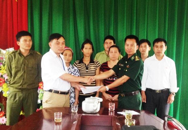 Lực lượng biên phòng Nghệ An trao trả các nạn nhân bị bán sang Trung Quốc cho chính quyền địa phương và gia đình