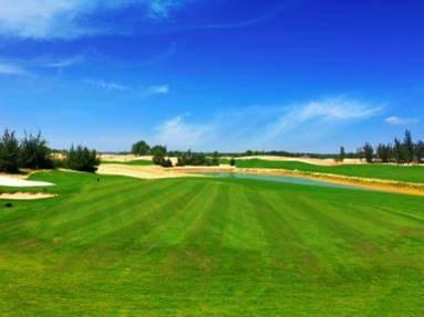 Từ VinEco, màu xanh sẽ nối tiếp ra sân gôn Vinpearl Golf 18 hố đầy thử thách với bẫy cát đặc biệt lớn và các hồ nước được bố trí xen kẽ trong khung cảnh thiên nhiên tuyệt đẹp.
