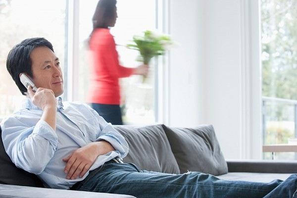Những ông chồng đi làm nhiều khi thường cư xử vô tâm, thờ ơ với các bà vợ nội trợ (Ảnh minh họa IT)