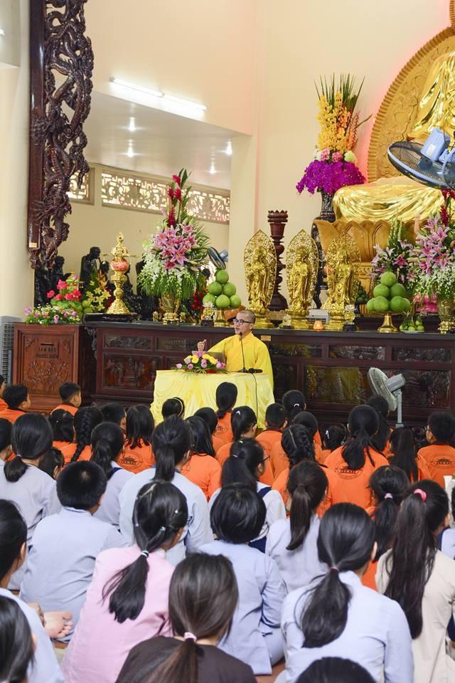 Theo sư thầy Thích Tâm Tiến, nhiều bạn trẻ hiện nay chênh vênh, bế tắc trong cuộc sống do không truyền thông được với bố mẹ.