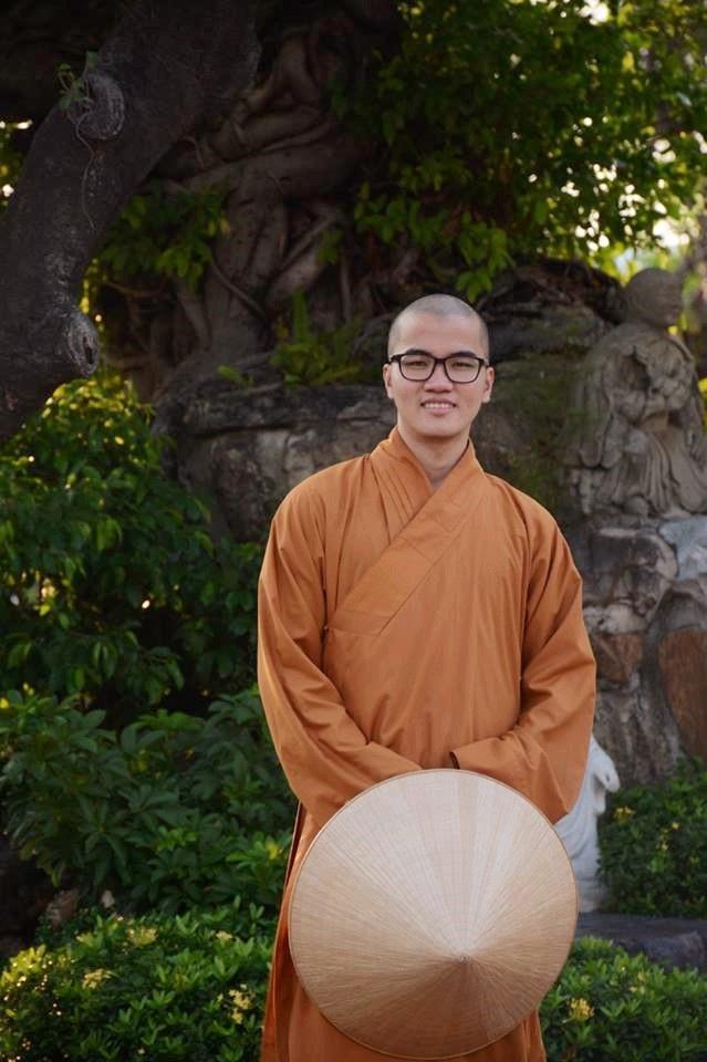 Sư thầy Thích Tâm Tiến đi tu từ năm 15 tuổi, sau đó học cử nhân ở Thái Lan và hiện học thạc sĩ ngành Triết học tôn giáo ở trường Đại học Naropa (Hoa Kỳ).