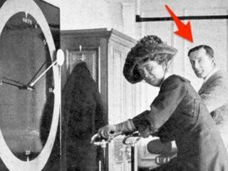 """Một người sống sót khác trong vụ chìm tàu - anh Lawrence Beesley - đã đột nhập phim trường """"A Night to Remember"""" (1958) bởi muốn được xuất hiện trong cảnh tàu chìm."""