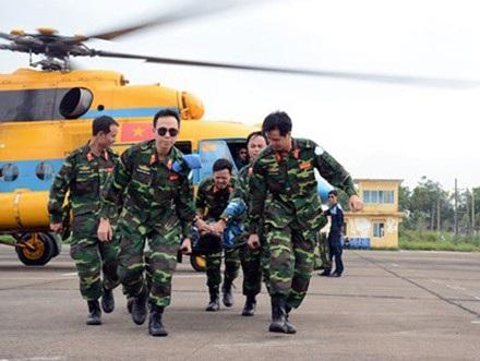 Các cán bộ, nhân viên y tế Bệnh viện dã chiến cấp 2 số 1 thực hành huấn luyện cấp cứu đường không.