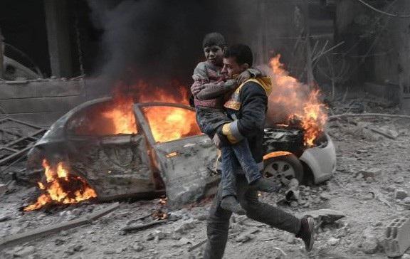 Nhân viên cứu hộ bế một đứa trẻ bị thương trong vụ ném bom ở Đông Ghouta hồi tháng 1 (Ảnh: Getty)