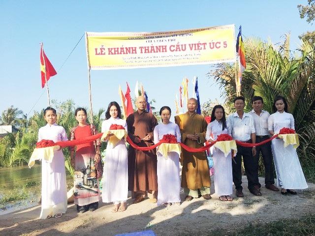 Thượng tọa Thích Minh Hạnh (thứ 5 từ phải qua) trong một lần khách thành cầu ở huyện Mỹ Xuyên, Sóc Trăng.