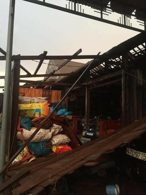 Lốc xoáy khiến nhiều căn nhà bị hư hỏng (ảnh N.C)