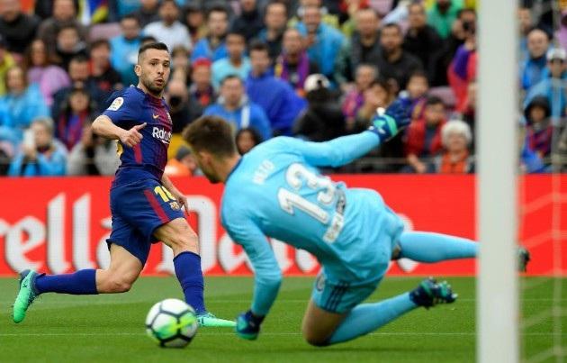 Neto cứu thua sau tình huống dứt điểm của Jordi Alba