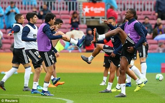 Cầu thủ Valencia khởi động trước trận đấu