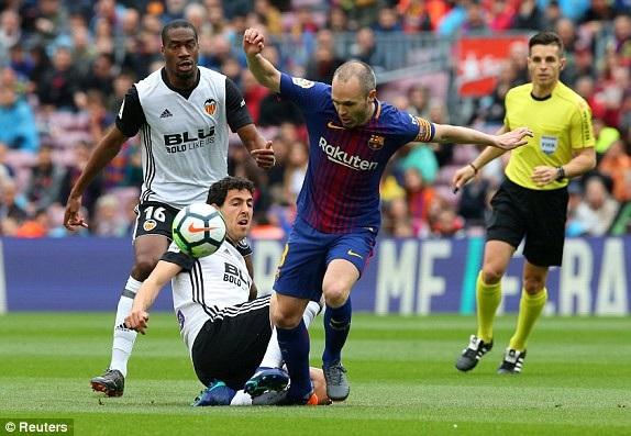 Trận đấu đang diễn ra với tốc độ cao, Iniesta đang bị hai cầu thủ Valencia theo sát
