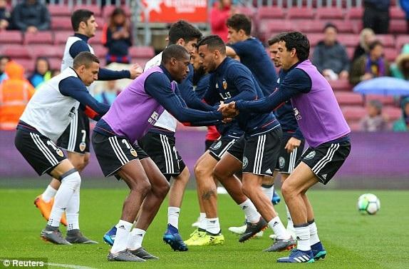Cầu thủ Valencia thể hiện quyết tâm trước trận đấu