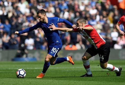 Romeu (phải) trong nỗ lực đeo bám Hazard